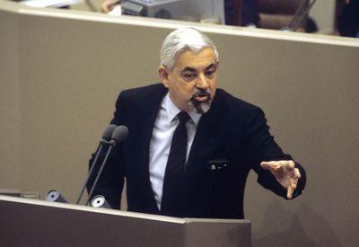 Foto: Horst Ehmke spricht während der 2. Lesung der Haushaltsdebatte 1987 am 26.11.1986 im Bundestag in Bonn. (Archiv)