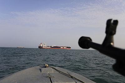 Foto: Iranisches Scghnellbott fährt in Richtung des Öltankers Stena Impero