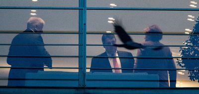 Sigmar Gabriel (M), Horst Seehofer (l) und Angela Merkel stehen im Bundeskanzleramt zusammen.