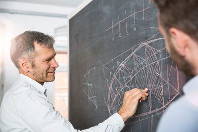 Bild: Mann an einer Tafel