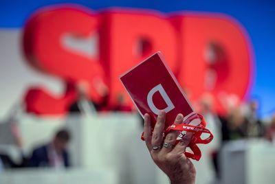 Foto: Ein Delegierter hält beim SPD-Bundesparteitag seine Stimmkarte hoch.