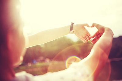 Foto: Frau formt ein Herz aus ihren Händen