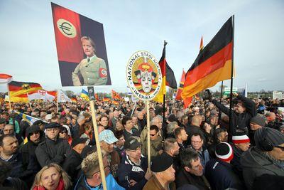 Rechte Parolen und wirre Nazi-Vergleiche auf Plakaten von Pegida in Dresden. (Foto: dpa)