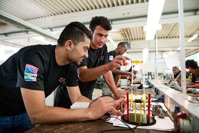 Foto: Flüchtlinge lernen in einer Ausbildungswerkstatt für Metall- und Elektrotechnik