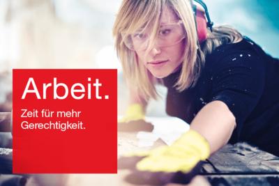 """Foto: Handwerkerin arbeitet mit Gehörschutz mit Text """"Arbeit. Zeit für mehr Gerechtigkeit."""""""