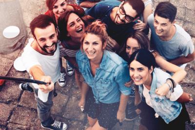 Symbolfoto Thema Europa: Gruppe junger Europäer schaut in die Luft