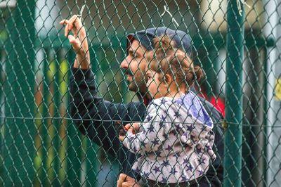 Ein Flüchtling steht an einem Zaun in einem Erstaufnahmelager in Mecklenburg-Vorpommern(Foto: dpa)