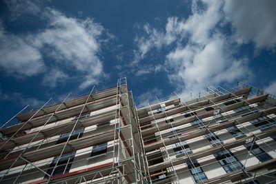 Gerüste stehen vor einem Neubau in Berlin. (Foto: dpa)