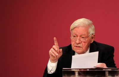 Mit erhobenem Zeigefinder: Altkanzler Helmut Schmidt 2011 beim Parteitag. (Foto: dpa)
