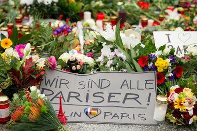 Viele Berliner Kondolieren vor der französischen Botschaft in der deutschen Hauptstadt.