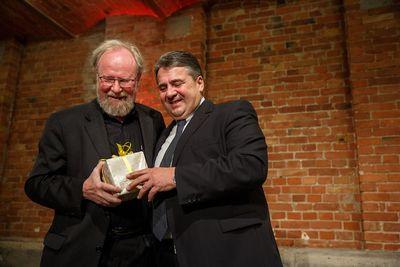 Sigmar Gabriel (r.) übergibt Wolfgang Thierse ein Geschenk (Foto: Dirk Bleicker)