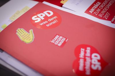 Foto: Blick auf Arbeitsunterlagen beim Parteitag