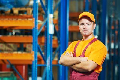 Foto: Ein Logistikarbeiter steht in einer Lagerhalle