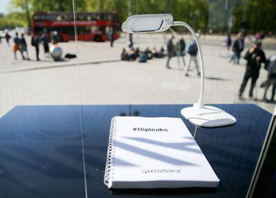 Foto: TTIP-Dokumente liegen in Berlin am Brandenburger Tor in einem gläsernen Leseraum von Greenpeace.