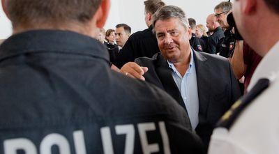 Foto: Sigmar Gabriel spricht am 04.08.2016 mit Polizeibeamten in der Zentralen Polizeidirektion Niedersachsen in Hannover
