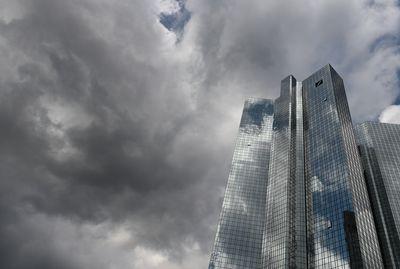 Foto: Dunkle Wolken sind über der Zentrale der Deutschen Bank in Frankfurt am Main aufgezogen.