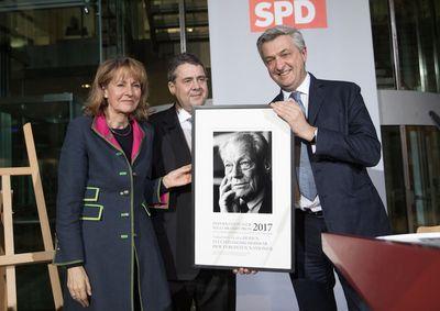Filippo Grandi (r), Hoher Flüchtlingskommissar der Vereinten Nationen, nimmt von Edelard Bulmahn und Sigmar Gabriel (beide SPD) den Willy-Brandt-Preis für das Flüchtlingshilfswerk der Vereinten Nationen am 23.01.2017 in Berlin entgegen.