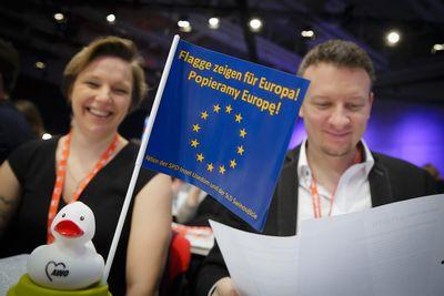 Foto: Delegierte mit Pro-Europafahne