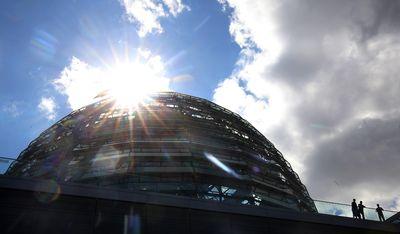 Die Kuppel des Reichstages im Sonnenschein. (Foto:dpa)