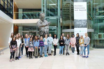Foto: Teilnehmerinnen des Girls'Days 2016 im Atrium des Willy-Brandt-Hauses
