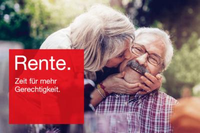 """Foto: Glückliches Rentnerpaar mit Text """"Rente. Zeit für mehr Gerechtigkeit."""""""