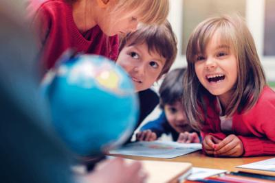 Symbolfoto Thema Bildung: Schulkinder schauen zu Lehrerin
